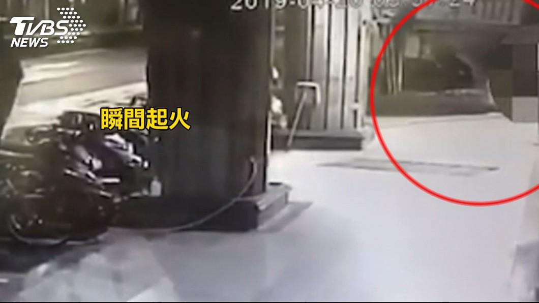 店家監視器畫面拍到當時該名員工潑油縱火的行徑。(圖/TVBS)