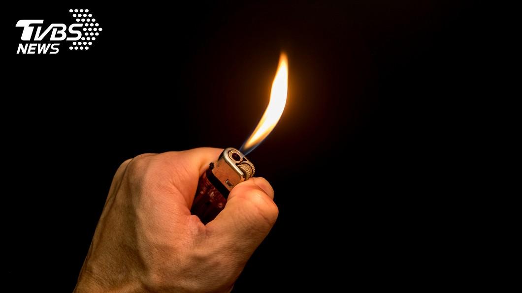英國一名女子夥同2名同伴,對一名15歲少年點火燒他下體。(示意圖/TVBS) 吵架時潑飲料!少男遭虐6小時 下體慘遭火燒