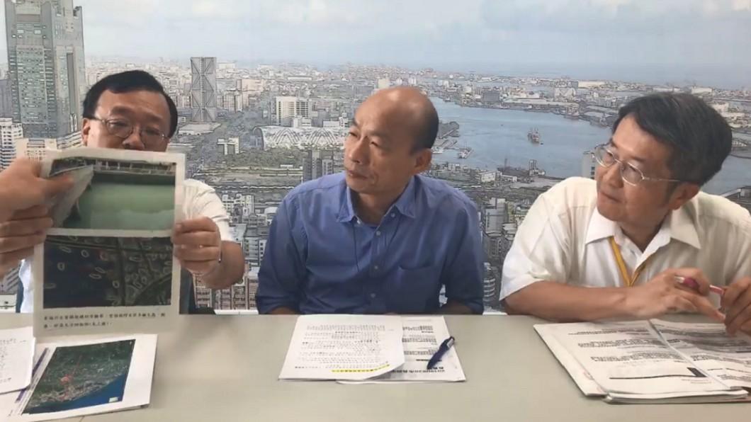 市府團隊開直播解釋愛河狀況。圖/翻攝自韓國瑜臉書粉專
