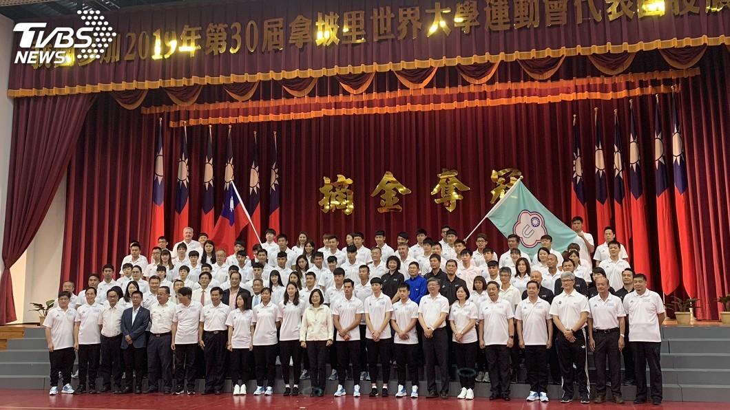 圖/中央社 蔡總統為世大運授旗 期許帶給台灣奇蹟的夏天