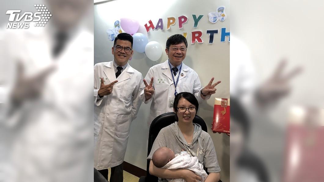圖/中央社 台大醫院雲林分院首例試管嬰兒 回院慶滿月