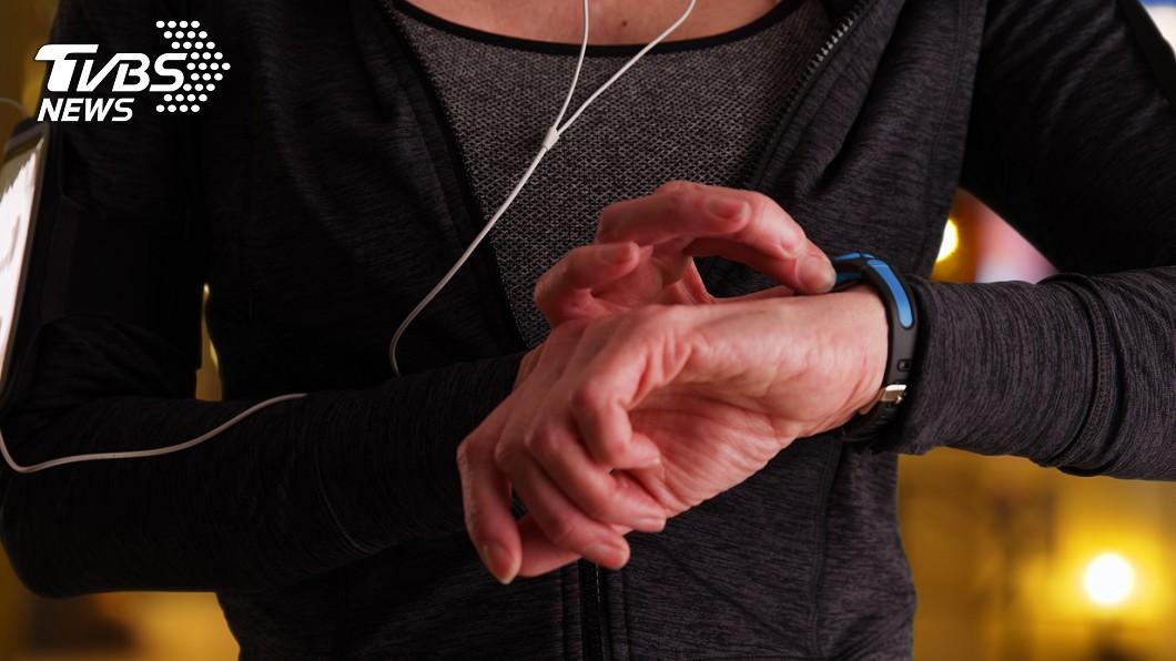 運動手錶的細菌含量更驚人,是馬桶座和沖水把手相加的8倍。示意圖/TVBS