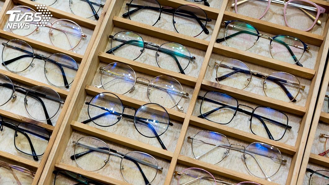 現代人近視配戴眼鏡的比率愈來愈高。(示意圖/TVBS) 眼鏡行都開在三角窗?一支動輒破萬 網揭內幕:暴利好賺