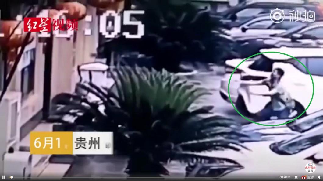 男子見孩童墜落,奮不顧身向前衝。圖/翻攝自紅星視頻 2歲童3樓墜下!男子義無反顧飛撲 網大讚:是英雄