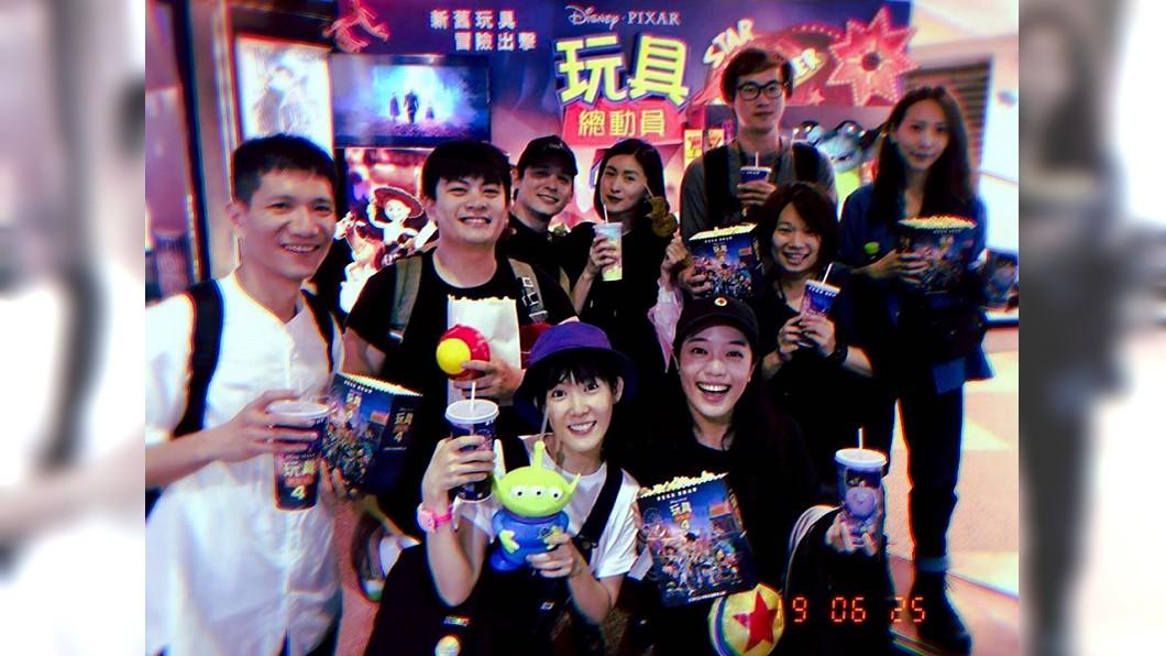 倪安東(左3)和管罄夥同友人一起看電影。圖/翻攝管罄 Kris Kuan臉書