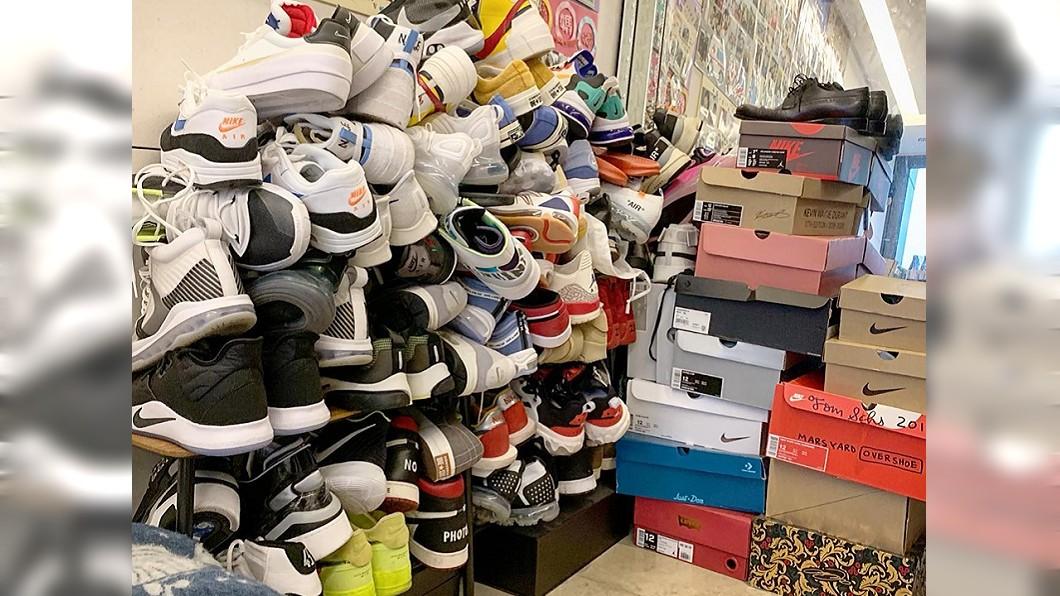 陳建州把鞋子堆出一座山,笑說自己很聰明,這樣就有地方可以走路了。圖/翻攝黑人 陳建州臉書