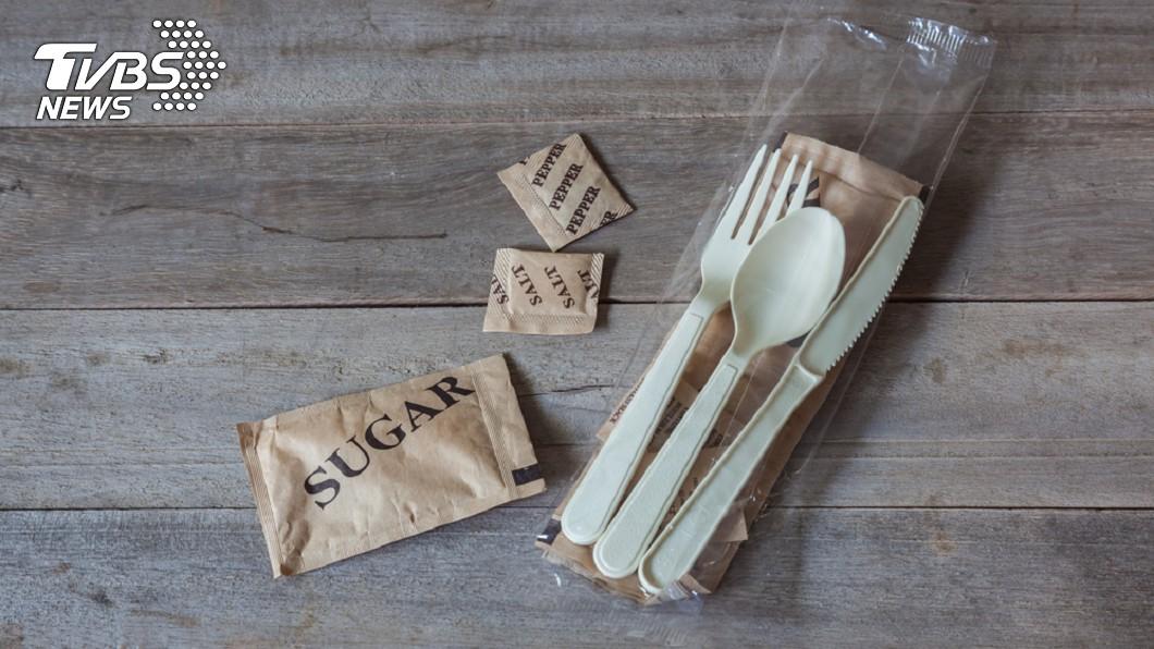 塑膠湯匙容易斷裂,碎片很可能會傷到食道。示意圖/TVBS 愛咬湯匙!碎片險成「割喉凶器」 醫勸:5歲以下別用