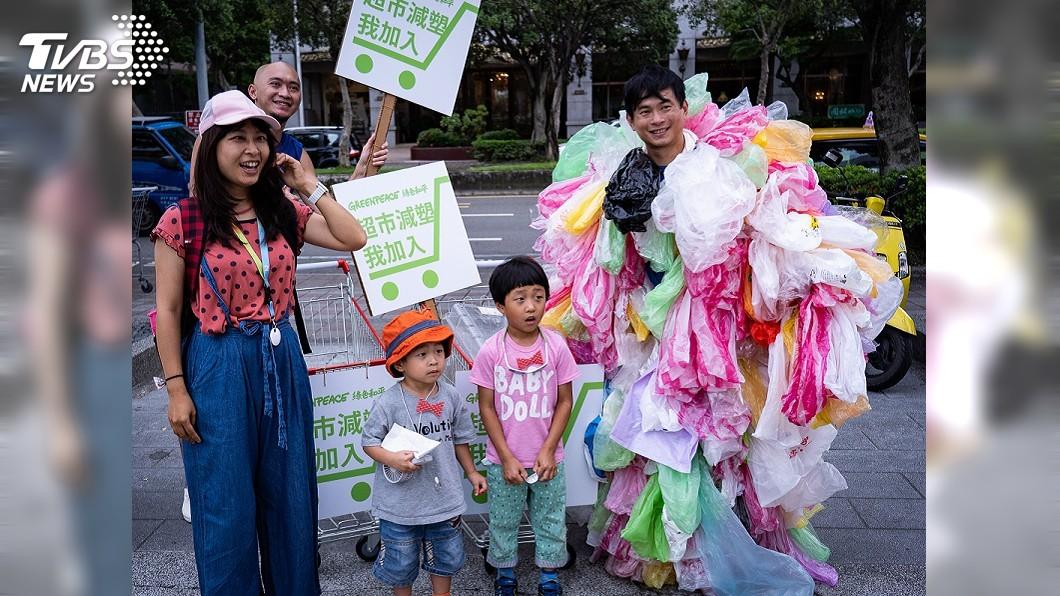 圖/中央社 減塑救地球! 綠色和平發起「塑膠攻擊行動」