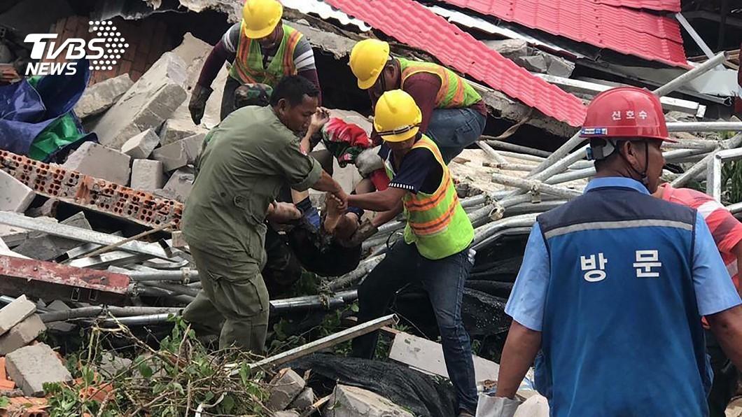 圖/達志影像美聯社 柬埔寨大樓倒塌28死 兩人困3天奇蹟獲救