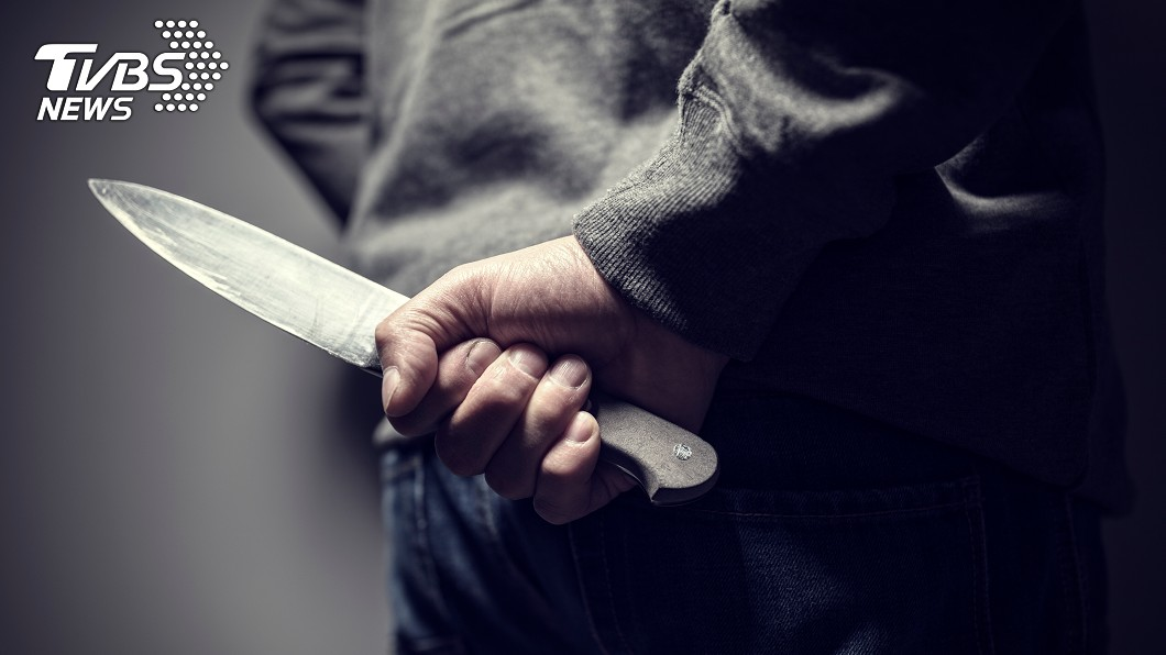 新北市一名男子持刀朝情敵左胸刺去,害對方險死。(示意圖/TVBS) 不爽被造謠 莽男一刀刺情敵左胸險死