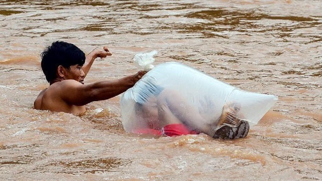 圖/翻攝自 微博 河水暴漲斷上學路 孩子「塞進垃圾袋」玩命渡河