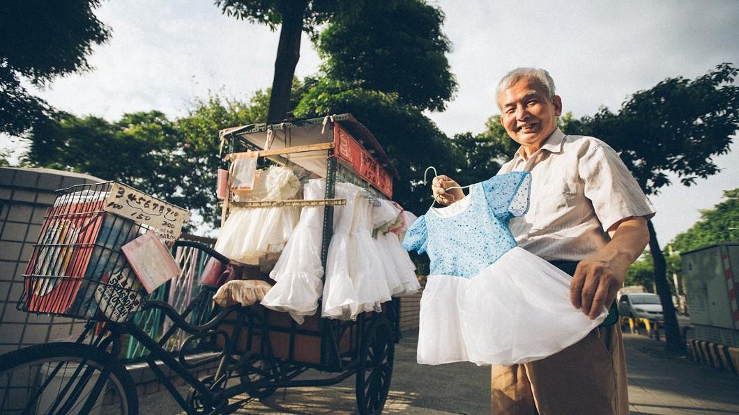 圖/影巷26號 授權提供 80歲阿伯用心手縫「公主小禮服」 價格親民CP值高