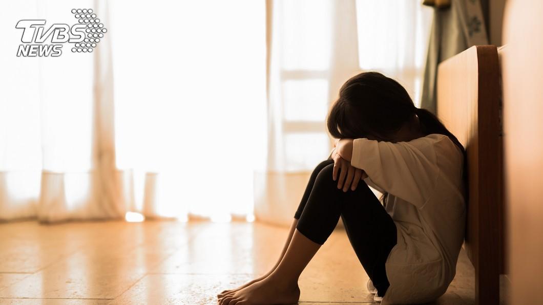 示意圖/TVBS 4歲女便溺褲裡 狠父以棍棒刺下體…虐到「左腎萎縮」
