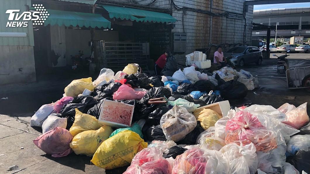 圖/中央社 屏東鹽埔漁港垃圾惡臭飄散 縣府籲全民監督