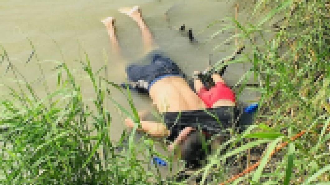 一名薩爾瓦多籍男子抱著女兒,溺斃在墨西哥河岸上,令人鼻酸。 圖/翻攝自Daily Mail網站 想「北漂」到美國! 薩爾瓦多父女緊抱雙溺斃河岸