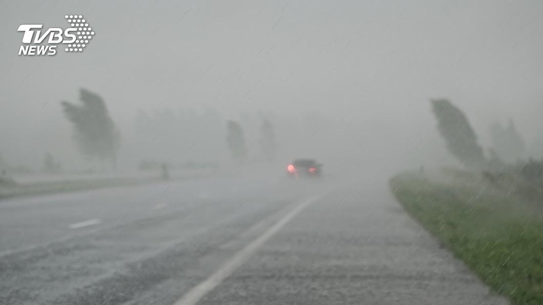 示意圖/TVBS 驚人豪雨降沖繩 恐升成輕颱直撲西日本