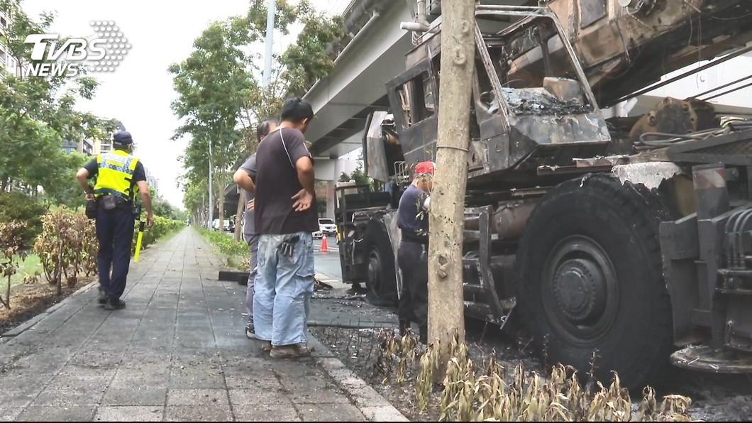 圖/TVBS 千萬吊車燒到剩骨架 業者冷回「怎沒被燒死」駕駛心寒
