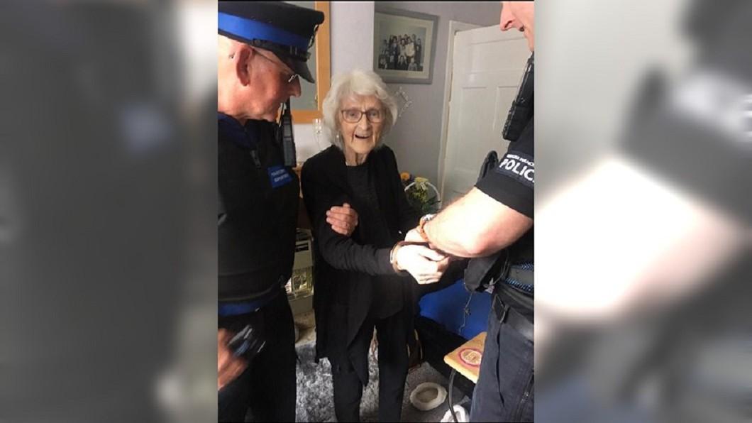 圖/翻攝自 Pam Smith 推特 93年來「想壞一次」 白髮嬤遺願清單:被警察逮捕
