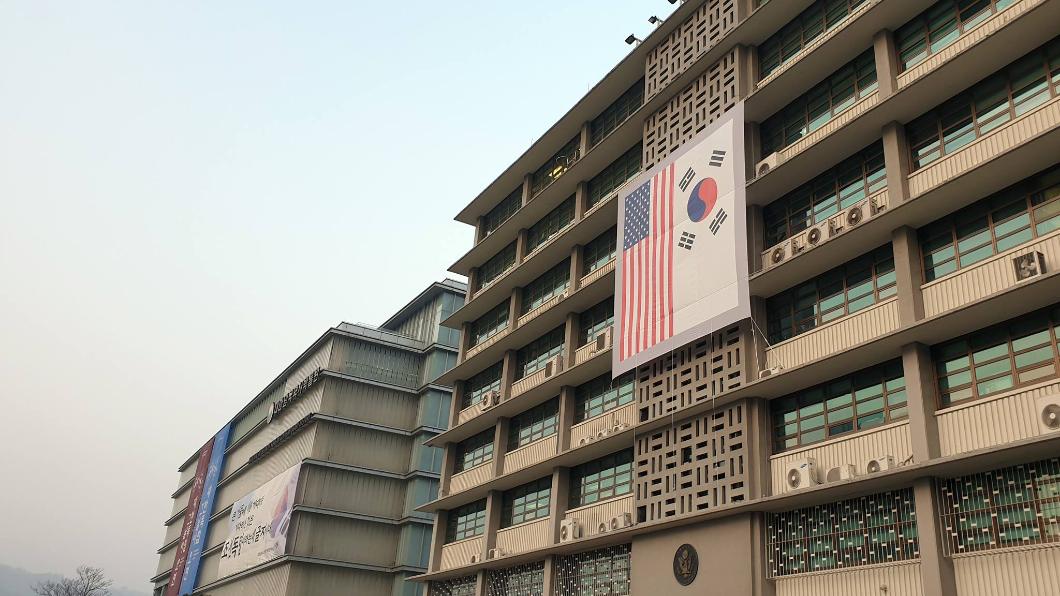 圖/翻攝自 U.S. Embassy Seoul臉書 疑反川普訪韓 載整箱瓦斯撞首爾美使館