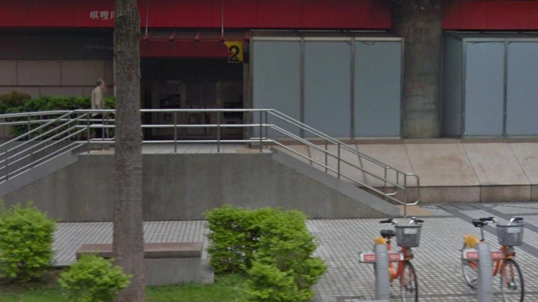女學生從唭哩岸站走出,隨即遭到男子持紅磚攻擊。圖/翻攝自google map 北捷唭哩岸站怪男出沒 「狠砸紅磚」隨機襲擊女學生