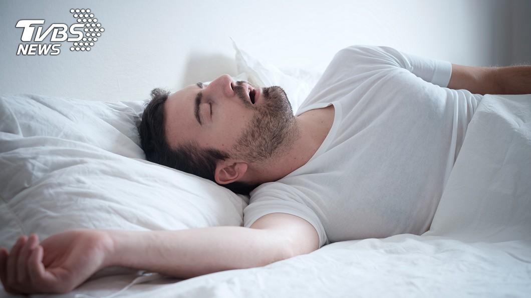 現代人常常會因為睡過頭導致上班遲到。(示意圖/TVBS) 菜鳥員工老遲到 傳訊前輩「超扯理由」:朋友找晚半小時