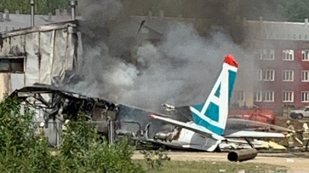 飛機墜落後撞上建築物,隨即引發大火。圖/翻攝自推特@OnlinerBY 飛機引擎故障降落失敗! 俄航班引爆大火釀2死7重傷