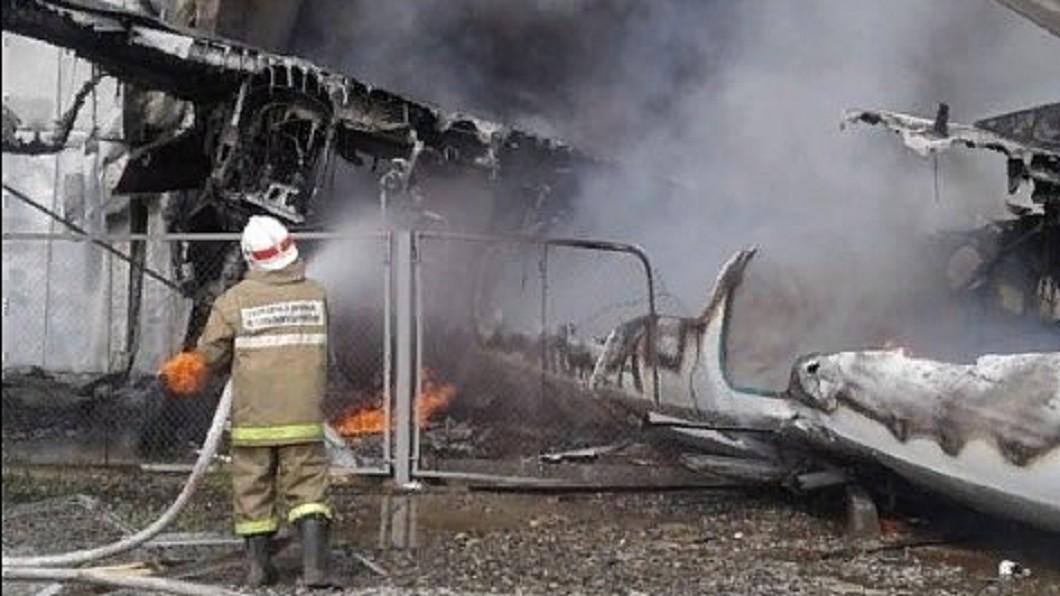 消防人員立刻到場協助滅火及救援。圖/翻攝自推特@OnlinerBY