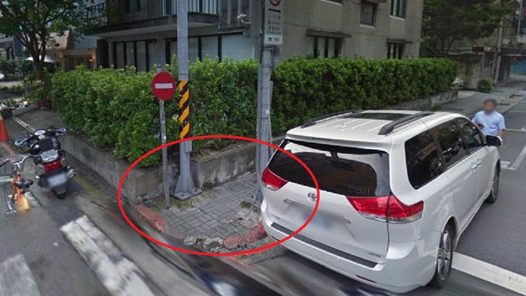 涂男因燈桿基座突出跌倒。圖/翻攝自Google map 路燈基座突出摔斷膝蓋 求償判決:自己要注意
