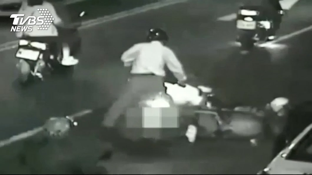 圖/TVBS 砰!小黃路邊停車 駕駛突開門騎士撞摔