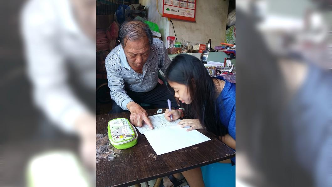圖/台灣世界展望會提供 幼年受虐險失明 外公扶養奮發向上獲總統教育獎