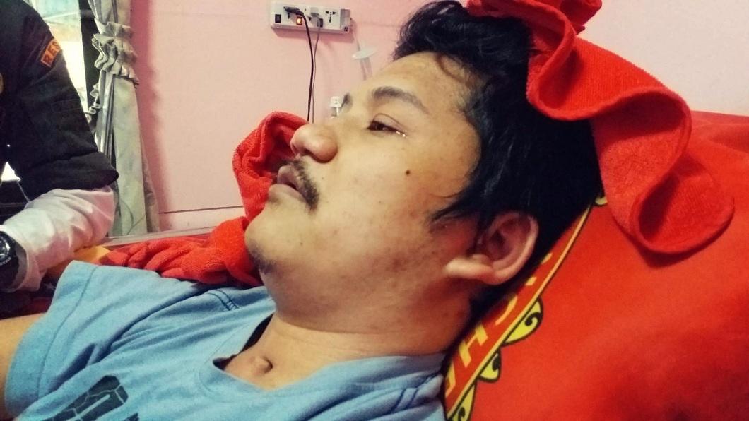 泰國這名男子因為車禍導致終身癱瘓,他為了不耽誤女友的未來,找女性友人假扮小三逼對方離開。(圖/翻攝自臉書) 車禍釀終身癱瘓…男找小三拍情色照逼走女友 真相超催淚