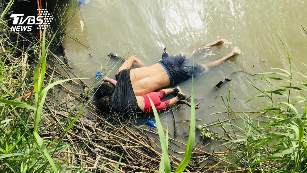 圖/達志影像美聯社 父背幼女偷渡溺斃 川普遭轟「政策殺人!」