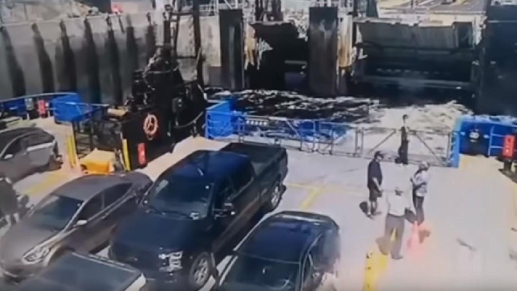 圖/翻攝YouTube 箱型車「飛高高」2秒重摔砸破渡輪 駕駛慘喪命