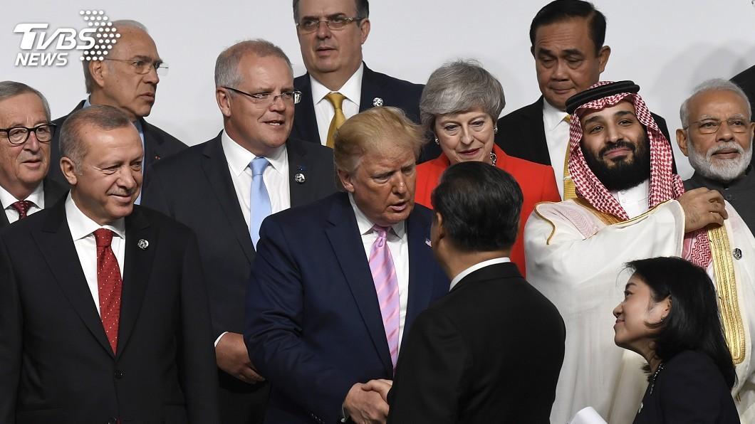 圖/達志影像美聯社 G20峰會大合照樂融融 川普、習近平握手致意