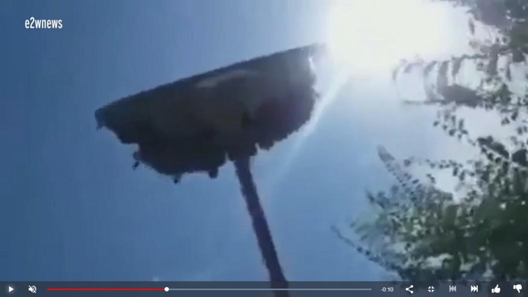 360度極限遊樂設施驚傳死亡意外。圖/翻攝自YouTube-Celeb Daily News 遊樂設施高空「腰折」!遊客秒墜地 19歲少女慘死