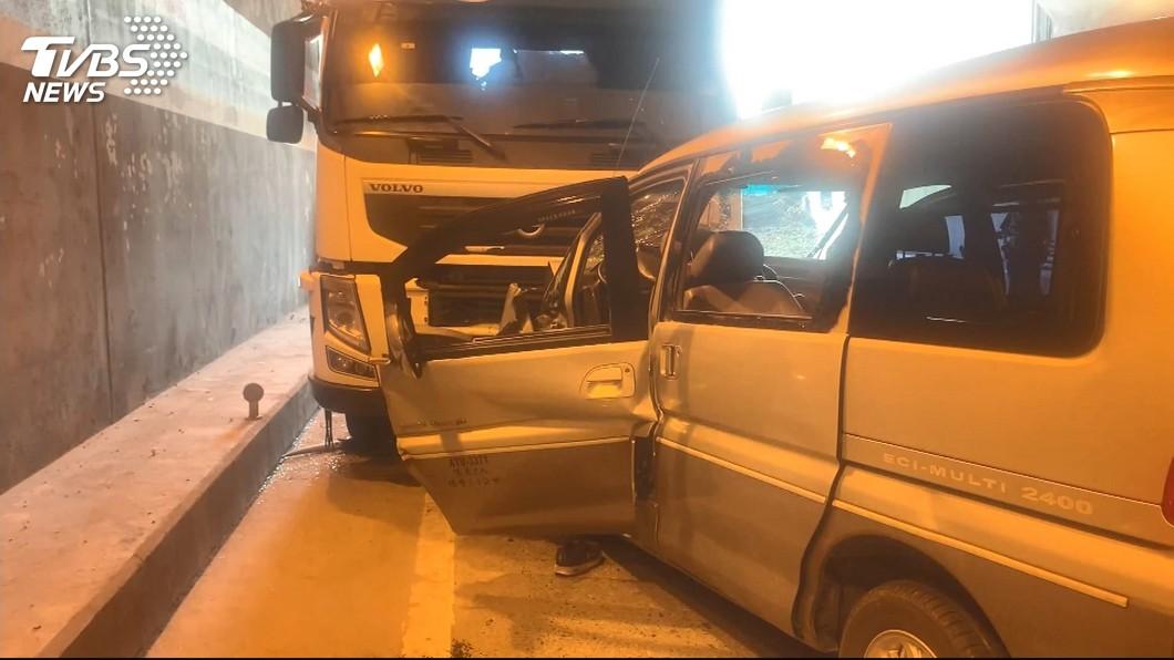 圖/TVBS 隧道內跨對向道 廂型車撞聯結車釀1死
