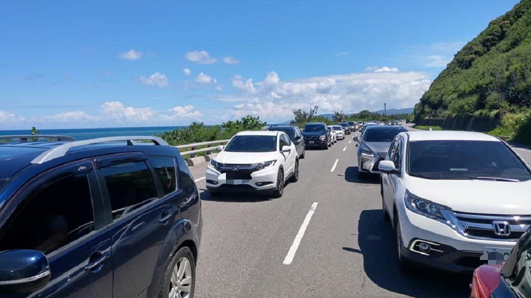 南迴大塞車,回堵近7公里。圖/翻攝自台東議員章正輝臉書