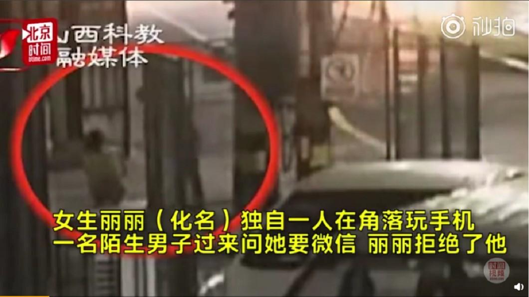 女子獨自坐在路邊被搭訕,沒想到拒絕後竟遭痛毆。圖/翻攝自北京時間 搭訕不成竟動手!女子獨坐路邊 下秒遭痛毆成中度憂鬱