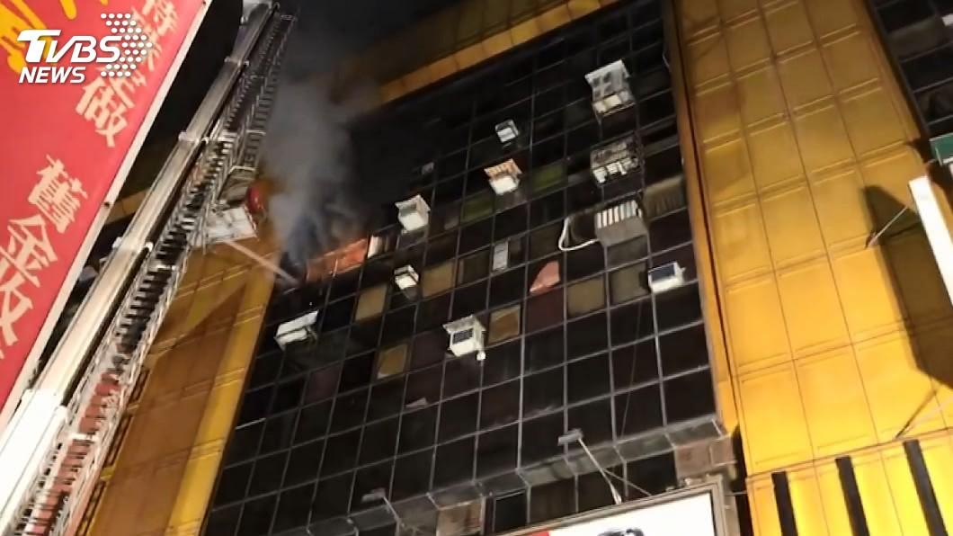 圖/TVBS 西門町獅子林大樓暗夜惡火 百名住戶緊急疏散