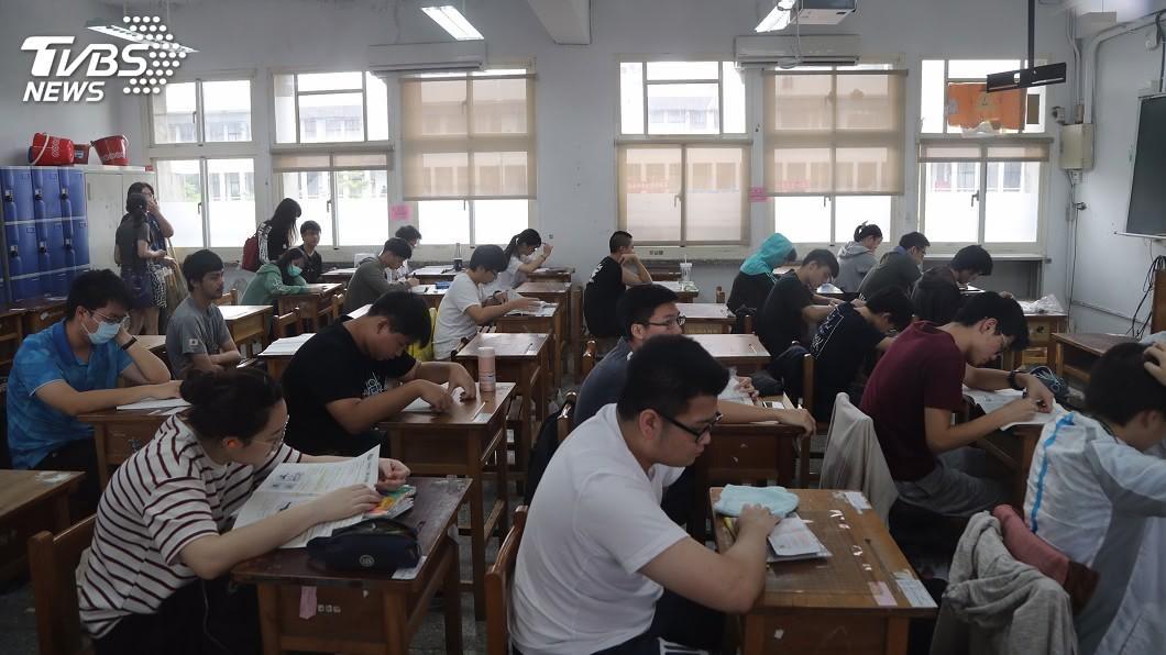 圖/中央社 指考首日傳火警警報聲 830名考生延長考試時間