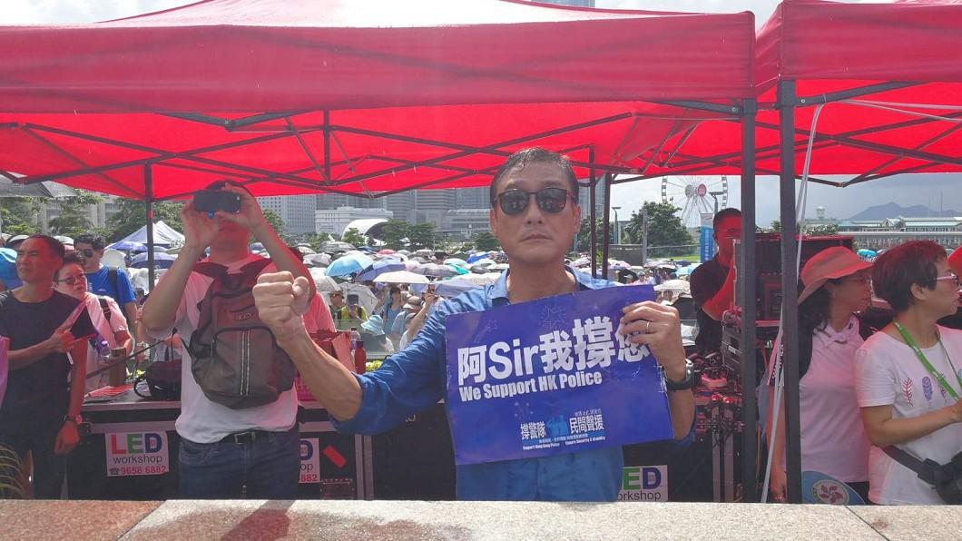 圖/翻攝自「向香港警察致敬」臉書 「阿Sir我撐您!」梁家輝淋雨力挺港警 網掀正反評價