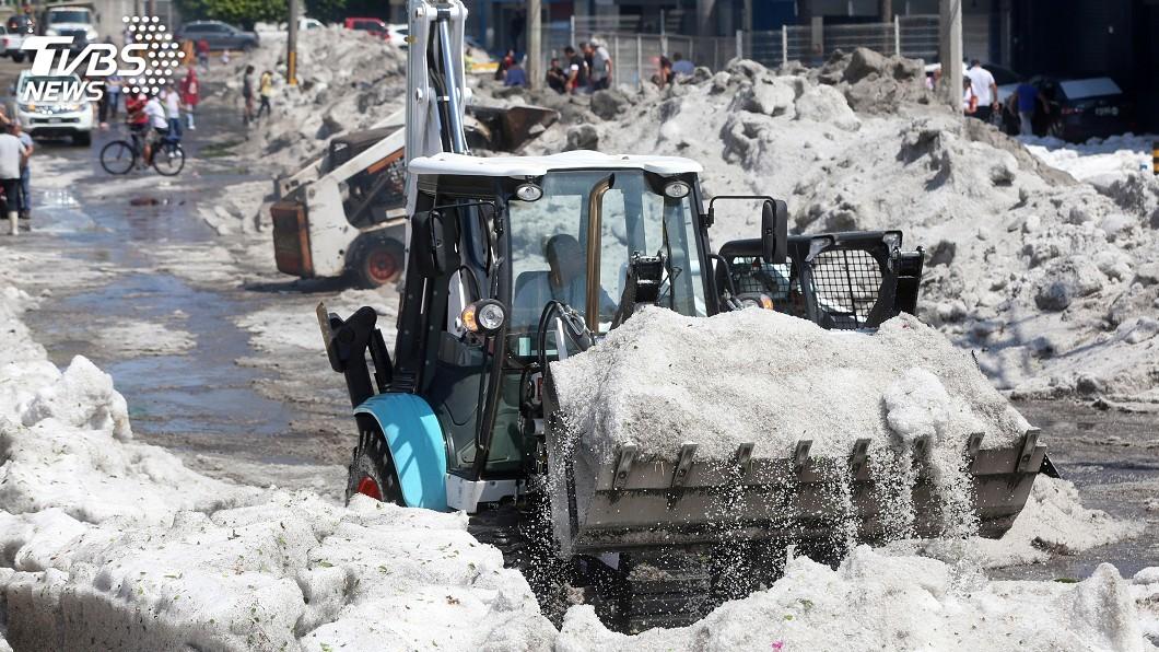 圖/達志影像路透社 天候異象! 墨西哥大城盛夏冰雹風暴嚇壞民眾