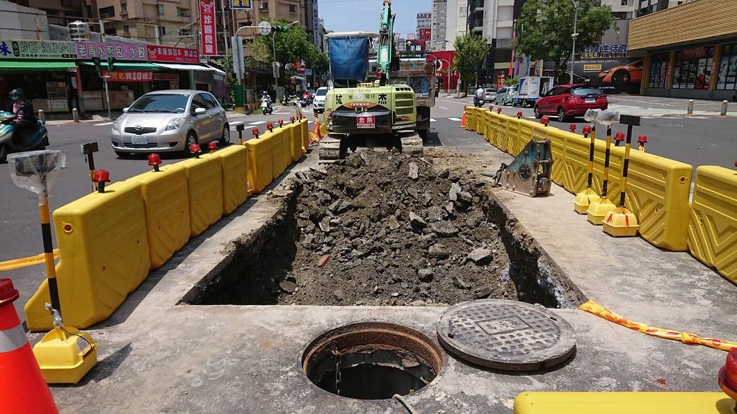 圖/民眾提供 道路才剛鋪好又塌陷 高市府急封路補破洞