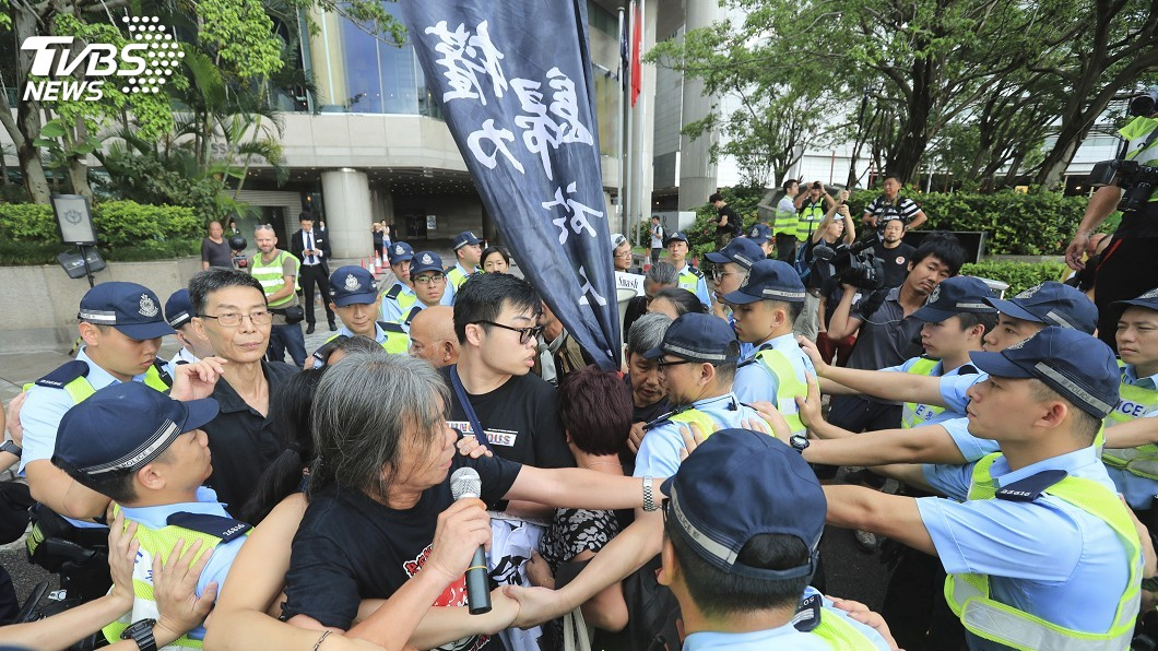 圖/達志影像美聯社 旅行箱、木板「土造盾牌」 示威者衝警防線