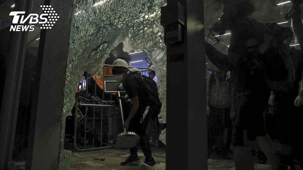 晚間包圍立法會的示威者,擊破強化玻璃。圖/達志影像美聯社
