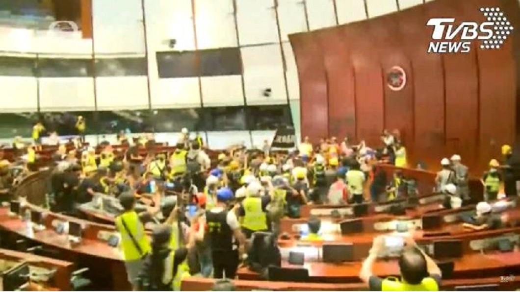 香港示威群眾佔領立法會。圖/TVBS