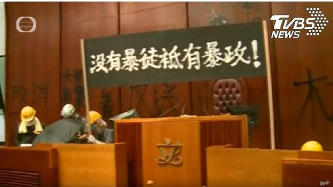 示威者高舉「沒有暴徒、只有暴政」標語。圖/TVBS