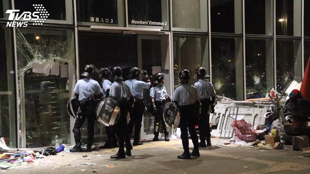 圖/中央社 香港太陽花示威者攻佔立法會 港警否認設「空城計」