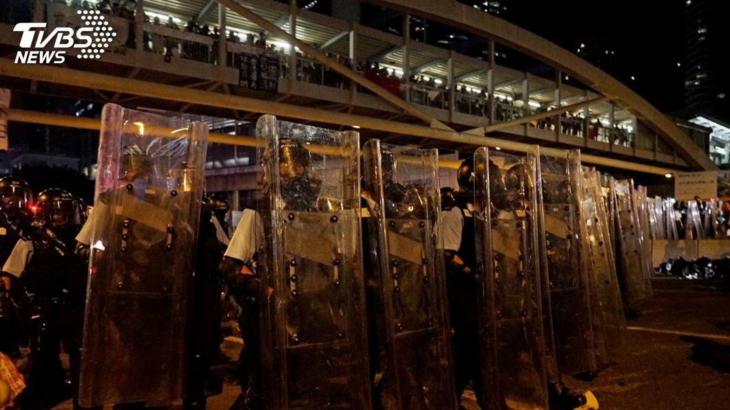 圖/中央社 港立法會催淚彈清場 抗議者最後關頭拉出4人