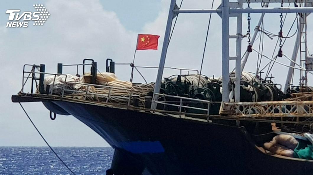 圖/中央社 中國鐵殼船闖蘭嶼綠島海域 海巡驅離監控